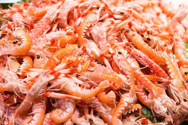 Mucchio di gamberi freschi rossi al mercato. texture di frutti di mare per lo sfondo