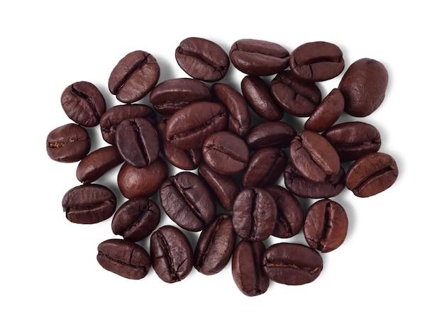 Pila di chicchi di caffè tostati isolati su bianco