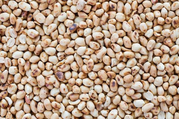 Mucchio di arachidi tostate sul tavolo con vista dall'alto.