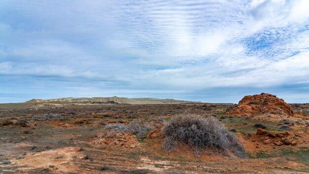 Un mucchio di sabbia in un campo