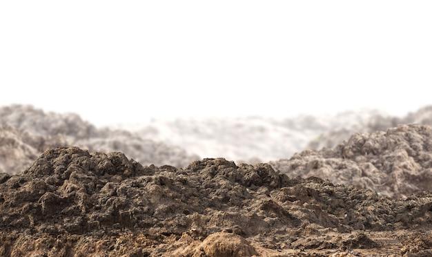 Mucchio di terreno isolato su bianco