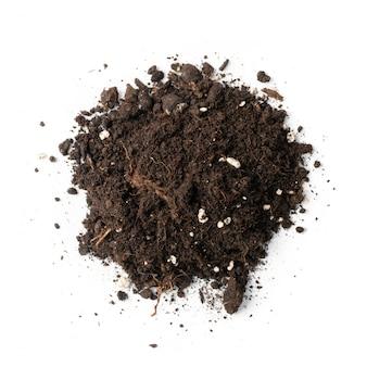 Mucchio di terreno con fertilizzanti minerali per giardinaggio isolato su priorità bassa bianca. mucchio di terra isolato, mucchio di terra sporca o vista dall'alto di torba da giardino