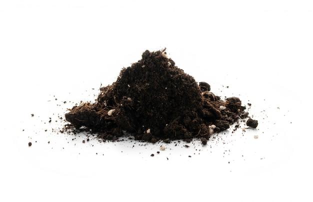 Mucchio di terreno con fertilizzanti minerali per giardinaggio isolato su priorità bassa bianca. mucchio di terra isolato, mucchio di terra sporca o torba da giardino