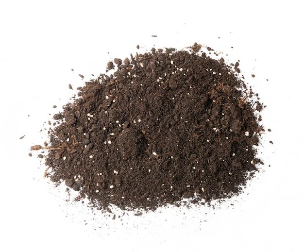 Mucchio di terreno con fertilizzanti minerali isolati