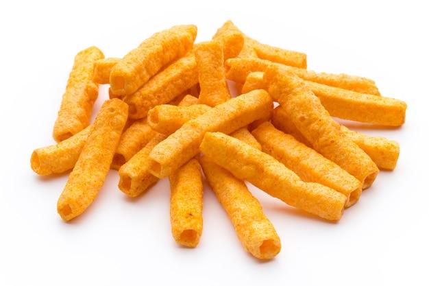 Pila di patata dolce o patatine fritte igname isolato su sfondo bianco.