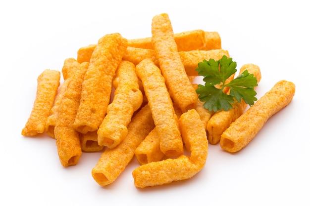 Pila di patata dolce o patatine fritte igname isolato su uno spazio bianco.