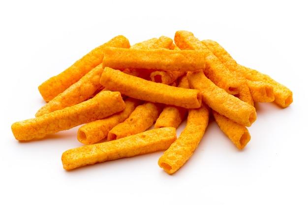 Mucchio di patata dolce o patatine fritte igname isolato su superficie bianca.
