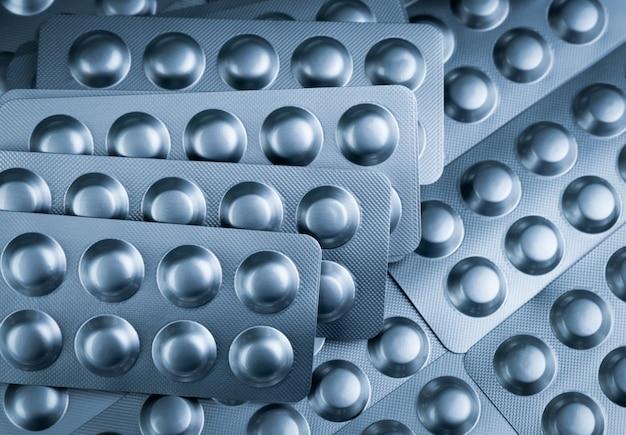 Mucchio di compresse pillola in blister per proteggere la medicina dalla luce. blister in alluminio argento.