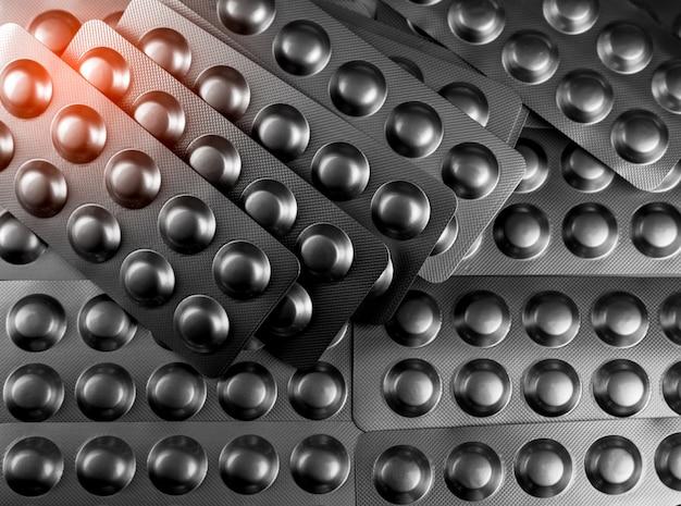 Mucchio di compresse pillola in blister di alluminio argento. industria farmaceutica. prodotti della farmacia. farmaceutica.