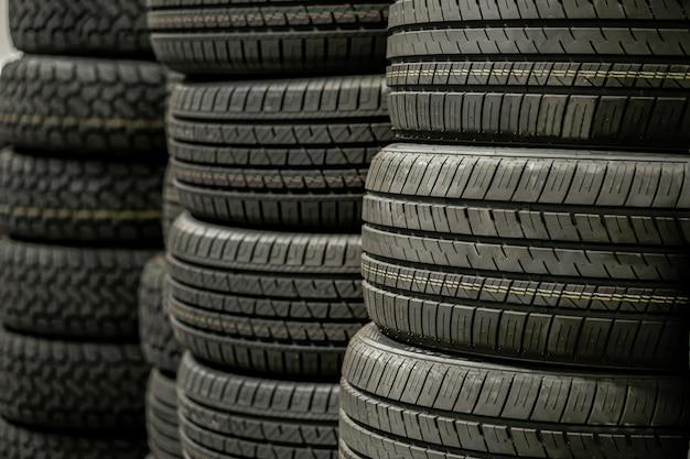 Mucchio di pila di pneumatici in magazzino in attesa di trasporto ai distributori, nuovo prodotto di pneumatici per auto in fabbrica di produzione