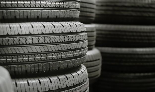 Pila di pile di pneumatici in magazzino in attesa di trasporto ai distributori, nuovo prodotto di pneumatici per auto