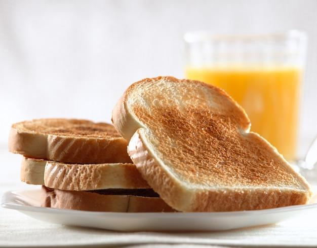 Pila di pane tostato per la colazione sulla piastra