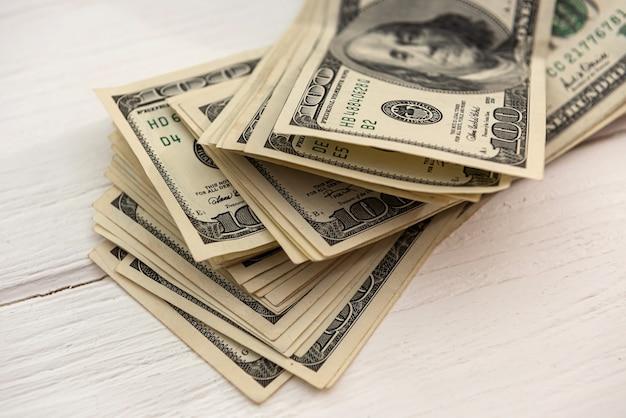 Mucchio di banconote da un dollaro americano, concetto di risparmio