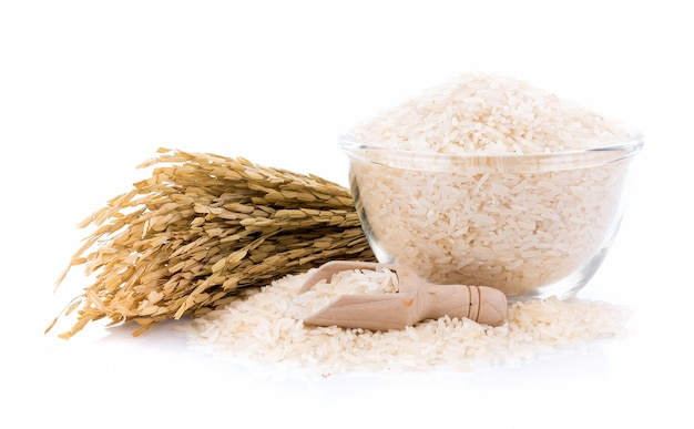 Pila di riso bianco in una ciotola sul muro bianco