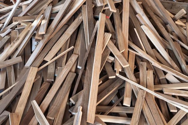 Pila di tronchi di legno per costruire produzione di mobili, cucire scarti di legno naturale, pronti per il riciclaggio e il processo di riutilizzo per una migliore gestione dei rifiuti con un approccio sostenibile efficiente per salvare l'ambiente