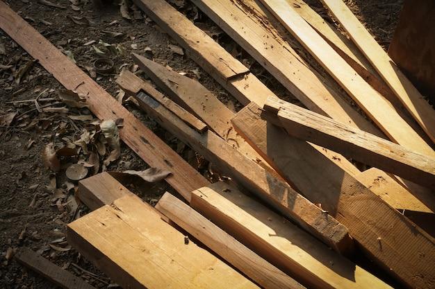 Pila di tronchi di legno per costruire produzione di mobili, cucire scarti di legno naturale, pronti per il riciclaggio e il processo di riutilizzo in una migliore gestione dei rifiuti con un approccio sostenibile efficiente per salvare l'ambiente