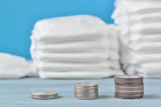 Mucchi di pannolini e soldi. il concetto dei costi per crescere i bambini.