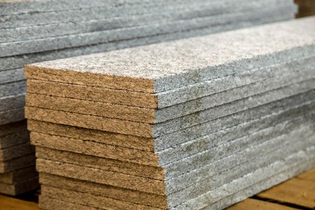 Mucchi di lastre di marmo di granito. lastre di pietra per costruzioni decorative.