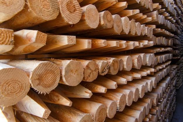 Pile di assi di legno nella segheria, fasciame. magazzino per segare tavole su una segheria all'aperto. pila di legname di legno di materiale da costruzione di spazi in legno. industria del legname.