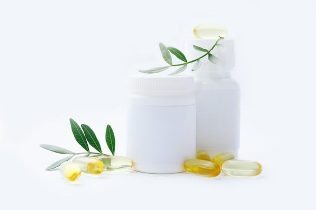 Scatole di pillole con capsule di vitamina olio di pesce su un bianco