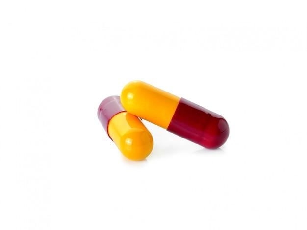 Pillola isolata su uno spazio bianco