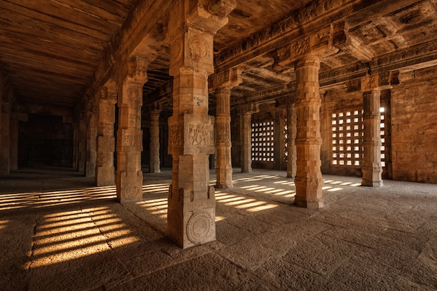 Corridoio con pilastri nel tempio di airavatesvara, darasuram, tamil nadu, india. uno dei grandi templi viventi di chola - patrimonio dell'umanità dell'unesco