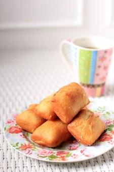 Il pillow bread o odading è uno street food indonesiano di bandung, west java. roti bantal a base di farina, uova, latte e lievito