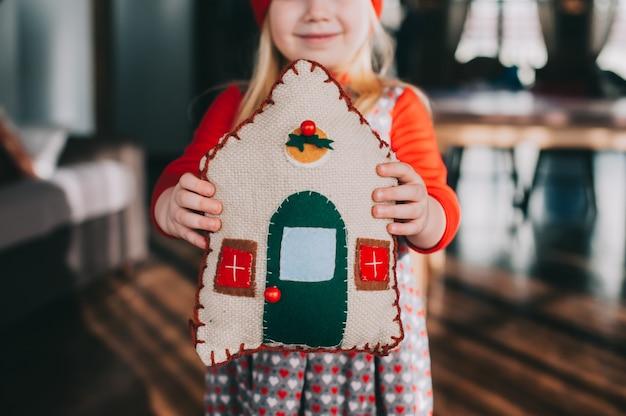 Cottage cuscino in mani per bambini