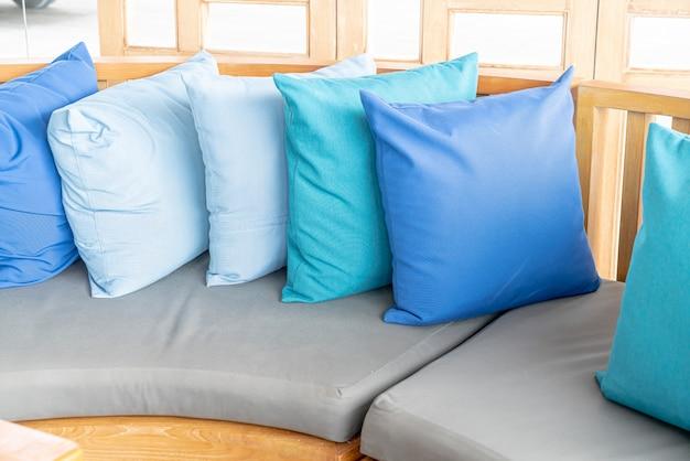 Cuscino sul patio esterno della decorazione della sedia del sofà