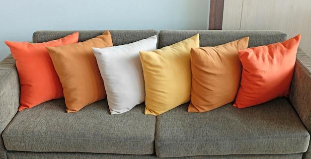 Cuscini sul divano di casa