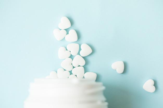 Pillole come un cuore sul blu