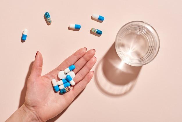 Pillole in mano lay piatto