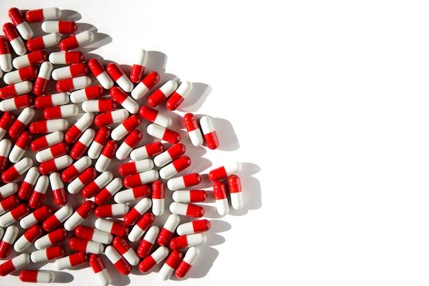 Pillole su uno sfondo isolato