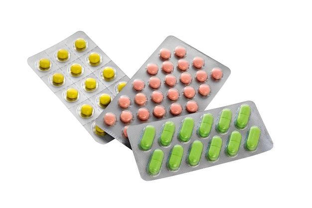 Pillole di medicina isolato su sfondo bianco. confezione in blister con pillole, compresse.