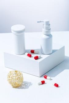 Pillole e farmaci spray nasali da infezioni virali tubi bianchi di prodotti medicinali senza etichetta