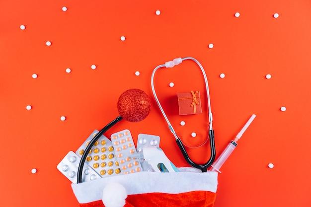 Pillole, maschera protettiva, stetoscopio in cappello della santa