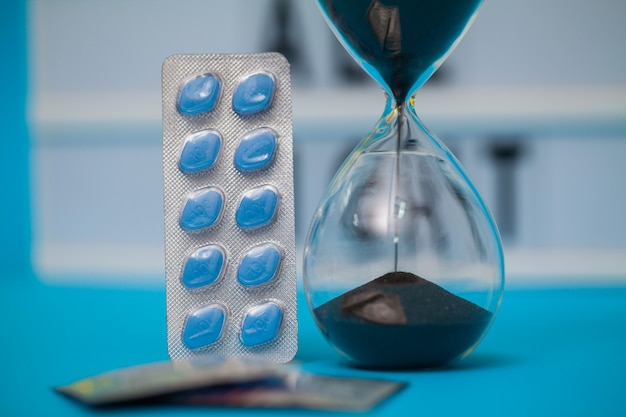 Pillole per la salute sessuale maschile su una superficie blu