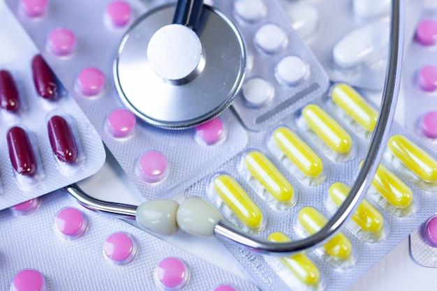 Pillole stetoscopio antibiotici concetto farmaceutico