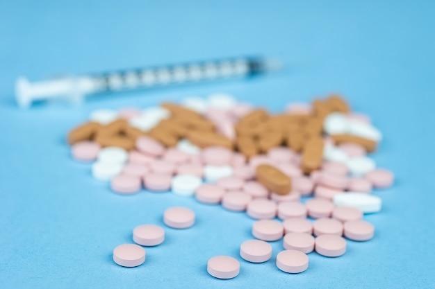 Pillole e una siringa