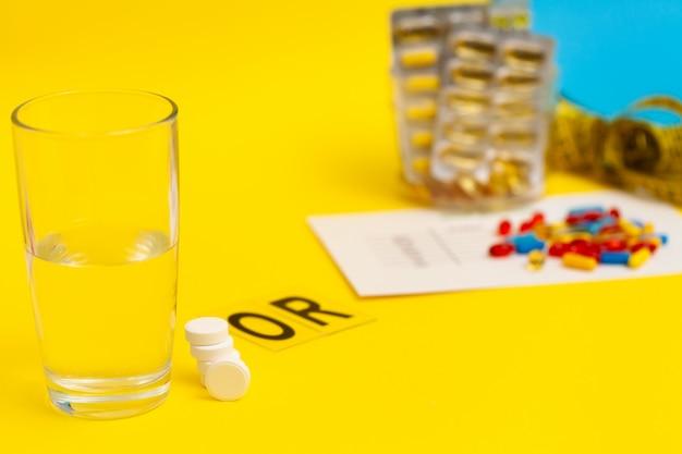 Pillole per la perdita di peso su una superficie gialla
