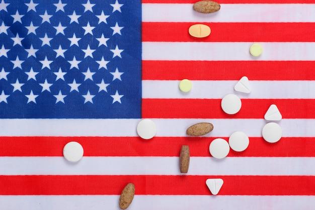 Pillole con la bandiera degli stati uniti d'america.
