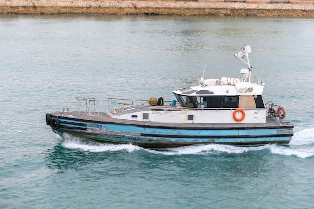Barca pilota nel canale di suez, egitto. lavoro in mare. spedizione commerciale.