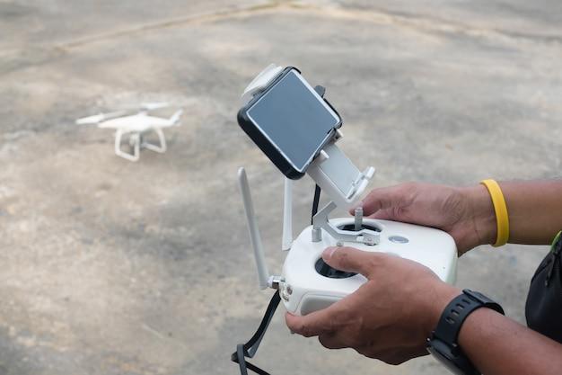 Il pilota controlla il drone prima del decollo