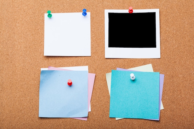 Pin paper sulla scheda del sughero per testo e Foto Premium