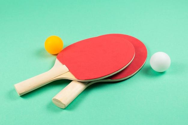 Pin pong su uno sfondo verde