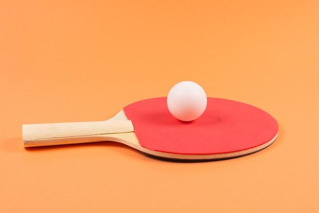 Pin pong su una parete arancione. vista dall'alto.
