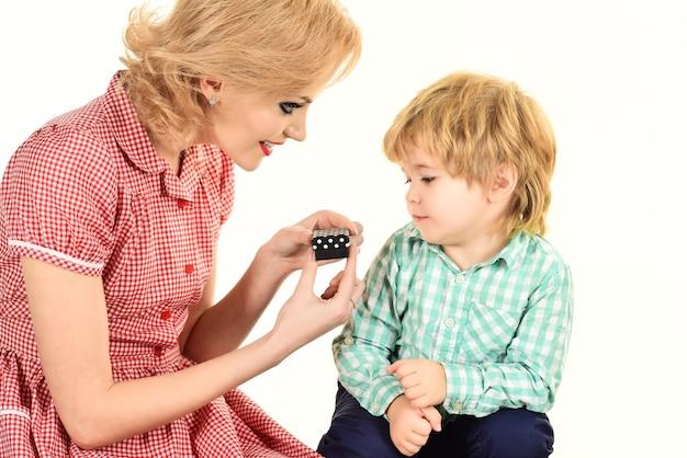 Pin up donna con bambino madre presenta un piccolo regalo per la festa della mamma figlio pin up donna in rosso