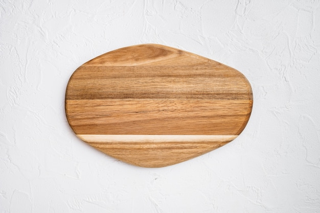 Set di taglieri in legno di pino, su sfondo di tavolo in pietra bianca, vista dall'alto piatta, con spazio per la copia per il testo o il tuo prodotto