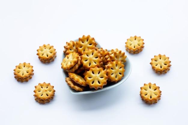 Biscotti all'ananas isolati su superficie bianca
