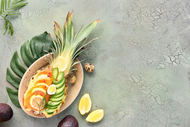 Crogiolo di ananas su fondo verde incrinato